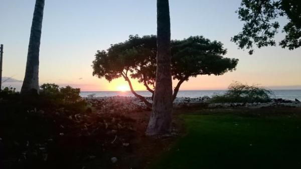家から歩いていけるビーチは、夕日がとってもきれい。ワインを飲みながら楽しみました。