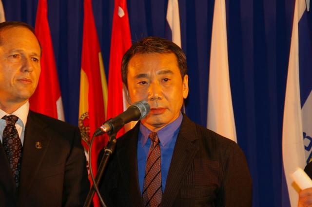 イスラエルのエルサレムで開かれたエルサレム賞の授賞式で、記念講演する村上春樹さん=2009年