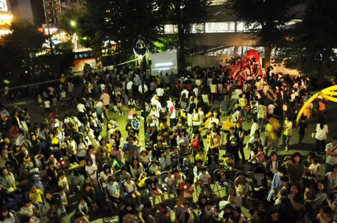 タコ公園の最終日、大勢の人が集まった