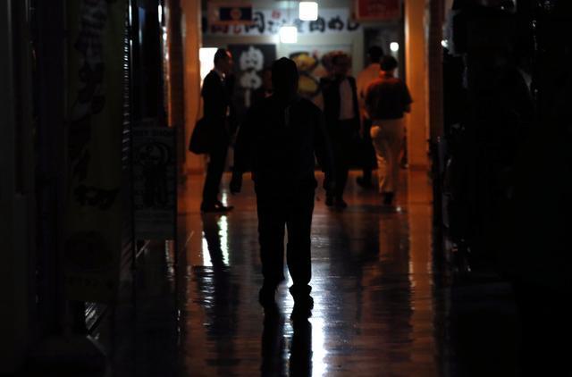 JR新橋駅前のビルは停電し、真っ暗だった=12日午後4時11分、東京都港区、関田航撮影