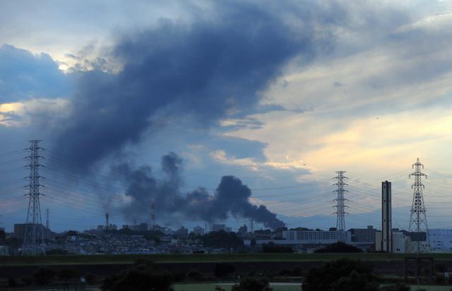 埼玉県戸田市の首都高戸田南出入り口付近から見た東電施設の火災。黒い煙が立ち上っていた=12日午後4時32分、林敏行撮影