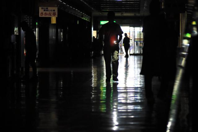 新橋駅前のビルの地下は停電し、ライトをつけて歩く人の姿もあった=12日午後4時4分、東京都港区、長島一浩撮影