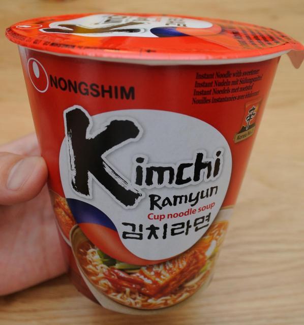 韓国メーカーの商品は、ハングルや韓国旗風のデザインをあしらっています。真っ赤なパッケージはカップ麺の棚でもひときわ目立っていました。