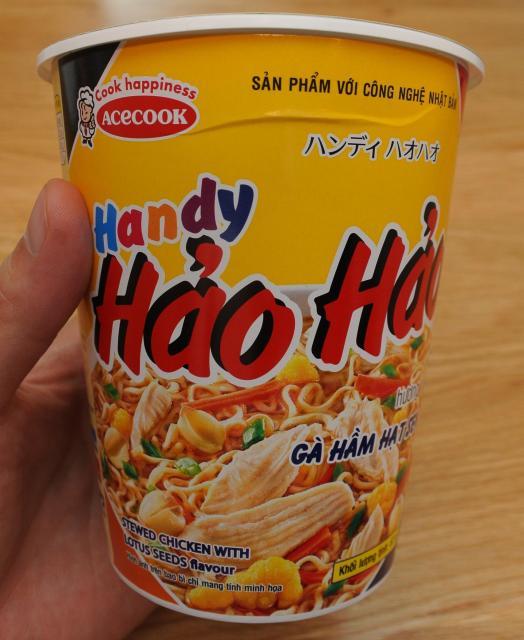 エースコックベトナムの新商品「ハンディハオハオ」。パッケージにはカタカナで商品名が書かれていますが、製品紹介などは全てベトナム語です。