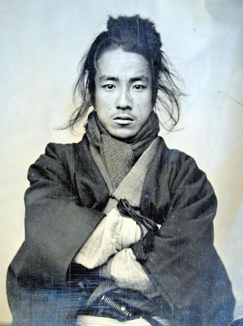 織田信福(1860~1926) 今の宿毛市に土佐藩士の子として生まれた。東京の歯科医の下で学んだ後、1886(明治19)年に高知・帯屋町で歯科を開業。高知市議会議長や県議も歴任した。妻の竹(たけ)も自由民権運動に加わり、女性参政権などについて新聞に論説を発表し続けた人物として知られる。写真は20歳ごろの撮影とみられるという=ひ孫の英正さん提供