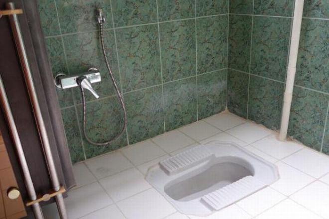 イランの一般的なトイレ。水の出るホースが必ずついている