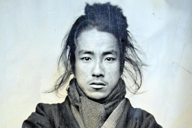 りりしい表情の織田信福。20歳ごろの撮影とみられるという=ひ孫の英正さん提供