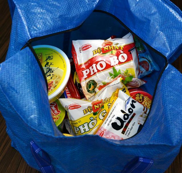 ベトナムで買った、カップ麺や袋麺。関西空港の税関では、少しだけ意味もなくドキドキしました。