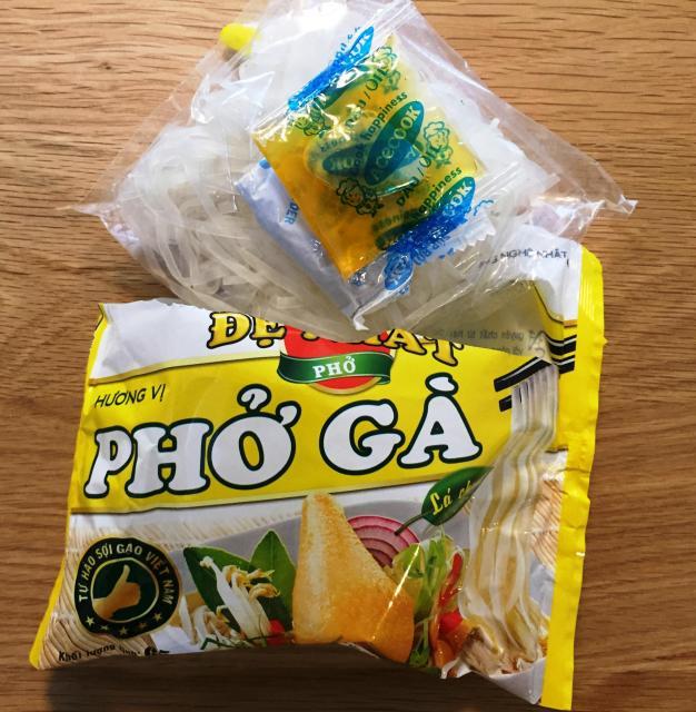 エースコックベトナムが現地で販売する袋麺のフォー。乾燥させた米麺のほか、調味料と、刻んだネギなどの簡単なかやくが入っています。