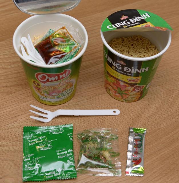 カップ麺のなかには、調味料やかやくとともに折り畳み式のフォークが。