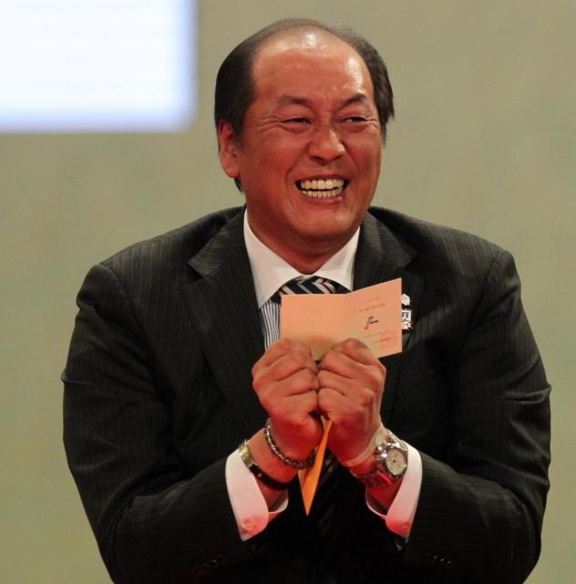 早大・大石達也投手の交渉権を引き当て、笑顔を見せる西武・渡辺監督