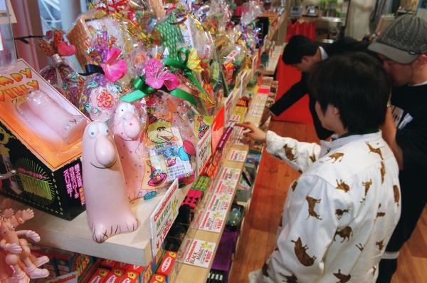 若者向けコンドーム専門店。コンドームを持ち、使うことが日常的なことになってほしいとの願いがこもる=2001年3月14日、東京・お台場