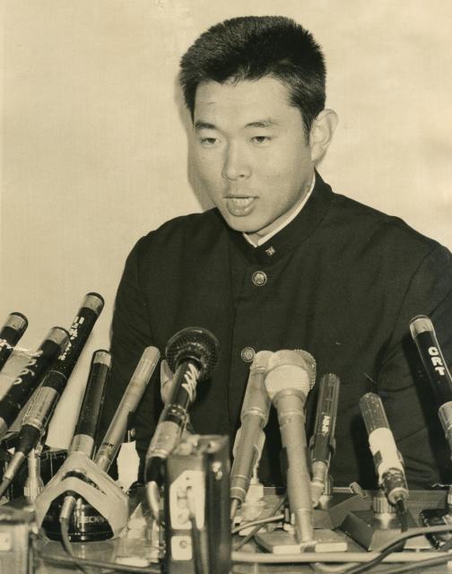 1977年、クラウンライターの指名を受けて記者会見する法大の江川卓投手。クラウン入団を拒否し米国留学、翌78年のドラフト会議前日に巨人と電撃契約。これは無効とされ、ドラフトで交渉権を得た阪神にいったん入団後巨人に移籍