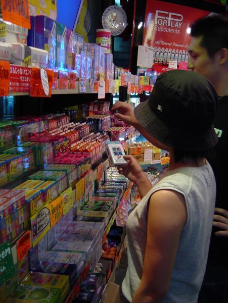 東京都内のコンドーム専門店。夏休みは10代の客が多い=2002年8月13日、東京都渋谷区