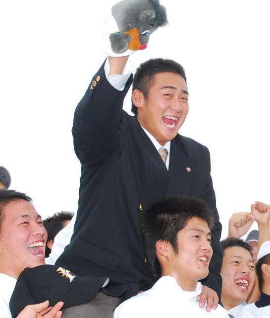 07年秋のドラフトで日本ハムから1位指名され、マスコットを持って野球部の仲間から祝福される大阪桐蔭の中田翔選手=諫山卓弥撮影