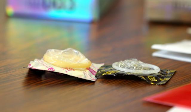 パッケージから取り出すと、右のコンドームの薄さは一目瞭然=東京都文京区、池永牧子撮影