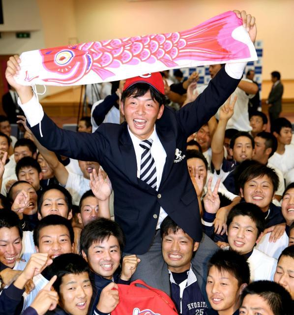 こいのぼりを掲げて広島の指名を喜ぶ九州共立大の大瀬良大地投手