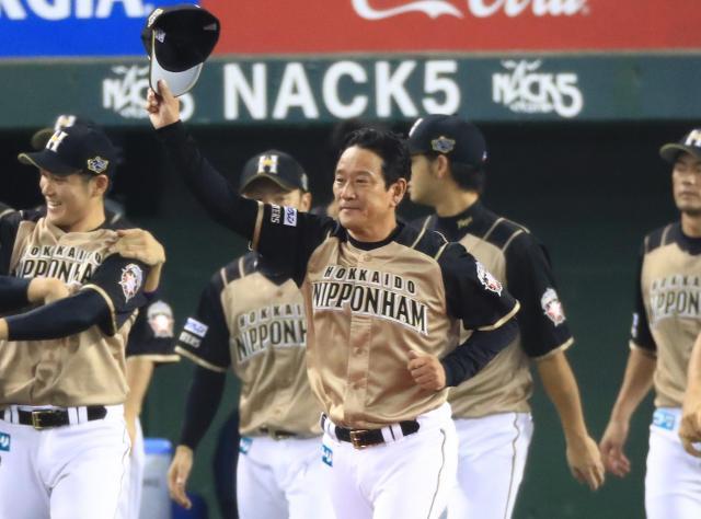 帽子を取ってファンの声援に応える日本ハム・栗山監督。優勝の勢いそのままに、ドラフト会議でくじ引き3連敗の「リベンジ」を果たせるか