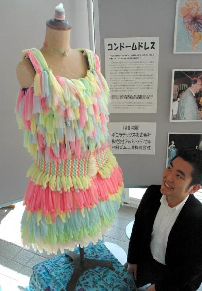 東京経済大学の学生がコンドーム1千個を使って作ったドレス=2006年12月1日、東京都国分寺市