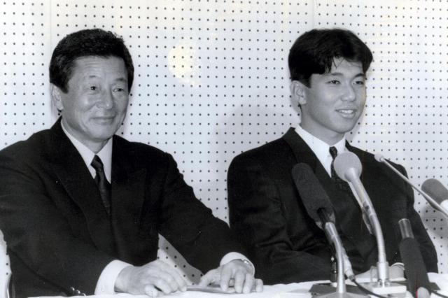 ドラフト会議の後、にこやかに記者会見する近鉄・仰木彬監督(左)と野茂英雄投手