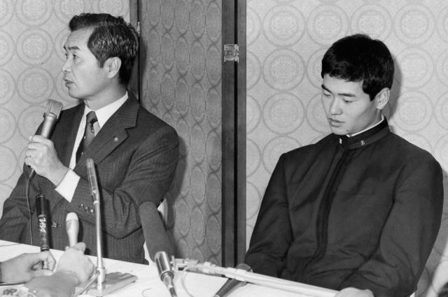 ドラフト会議で巨人から1位指名された桑田真澄投手(右)は、早大受験を取りやめを発表、「巨人には昔からあこがれていた」と語り、一転、巨人入りへ