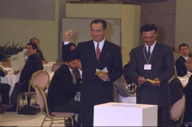 1992年のドラフトで、4球団が競合した松井秀喜選手の交渉権を抽選の末引き当て、ガッツポーズの巨人・長嶋茂雄監督(中央)