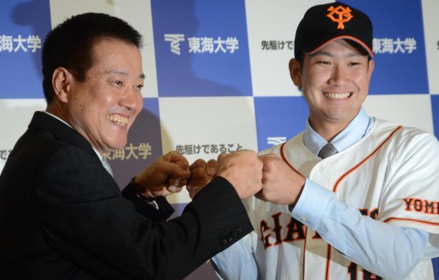 12年のドラフトで巨人から単独指名され、伯父の原監督と「グータッチ」する東海大の菅野智之投手(右)。前年のドラフトでは交渉権を得た日本ハムへの入団を拒否した