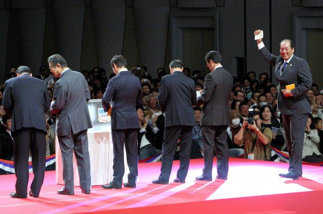 花巻東高・菊池雄星との交渉権を得た西武の渡辺監督(右端)=杉本康弘撮影