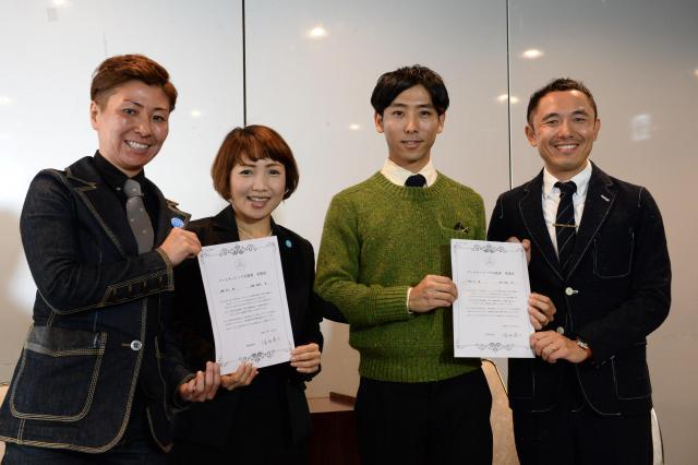 2015年11月、世田谷区で「パートナーシップ宣誓書」に署名し、受領証を手に会見した同性カップルたち