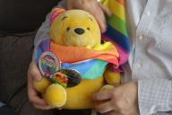 公務員のAさんとパートナーが大事にしているぬいぐるみ。LGBTの象徴であるレインボーのグッズをまとう
