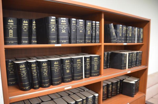 法令集が並ぶ本棚