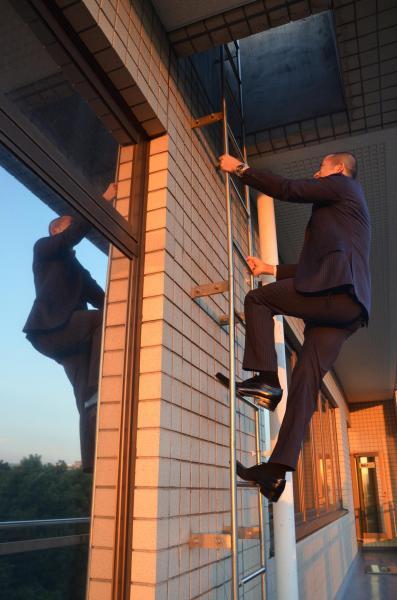 庁舎屋上へは、はしごを上る必要がある