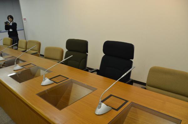 災害対策本部会議室。背もたれが高い首相の席(右)と官房長官の席