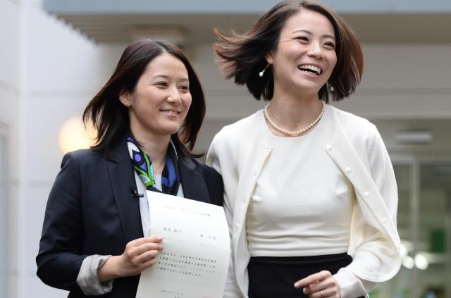 渋谷区役所で「パートナーシップ証明書」を受け取った増原裕子さん(左)と東小雪さん