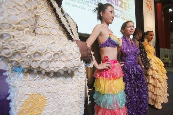 ウィーンであったエイズの啓発活動でコンドームのドレスを着るモデル=2010年7月、ロイター
