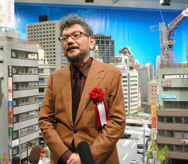 「特撮博物館」の展示の前で取材に答える庵野氏