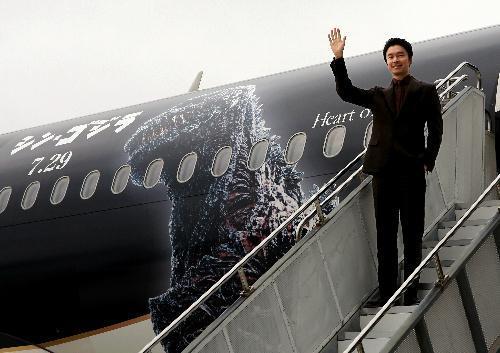 「シン・ゴジラジェット」から登場した俳優の長谷川博己さん=北九州市小倉南区