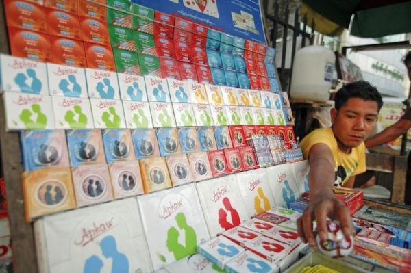 ヤンゴンのコンドームショップ=2012年2月、ロイター