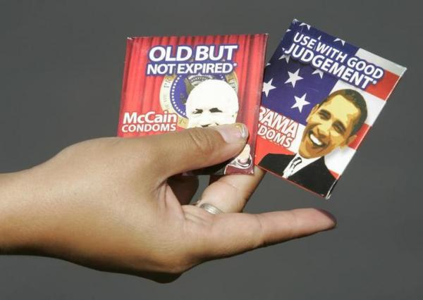 2008年のアメリカ大統領選で登場したオバマ氏とマケイン氏の写真があしらわれたコンドーム=2008年10月、ロイター