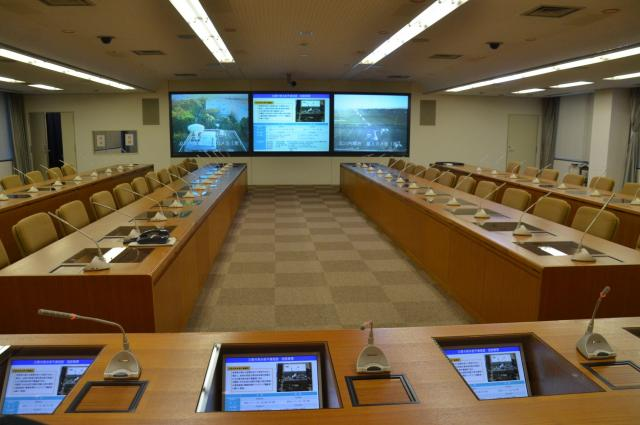 災害対策本部会議室を、首相の席の位置から望む