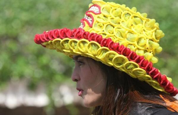 バンコクであったエイズの啓発活動のためにコンドームで作った帽子をかぶる女性=2010年12月、ロイター