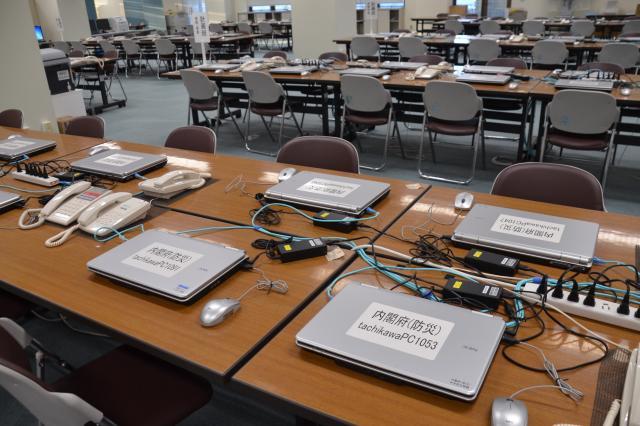 ノートパソコンが並ぶ、オペレーションルーム