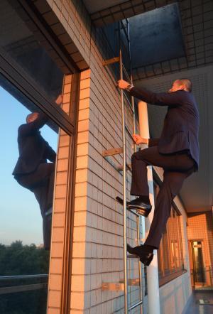 屋上に行くには、はしごを上る必要がある