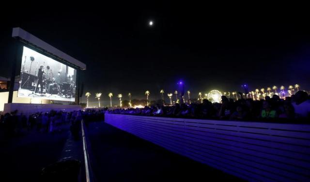 デザート・トリップの会場に設置された巨大スクリーン=ロイター