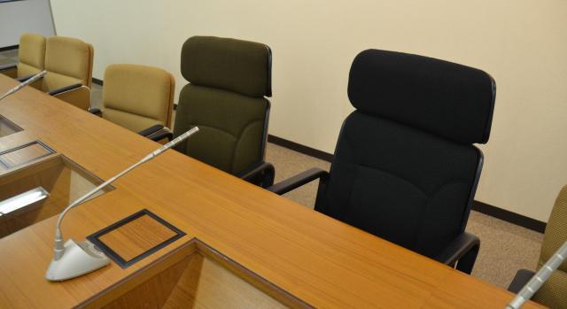 首相の席(右)と官房長官の席。背もたれの高さが違う