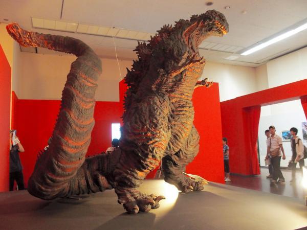 「シン・ゴジラ」の全身をかたどった造形作品==福岡市中央区の福岡市美術館