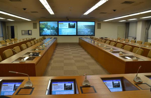 災害対策本部会議室を首相の席の位置から望む