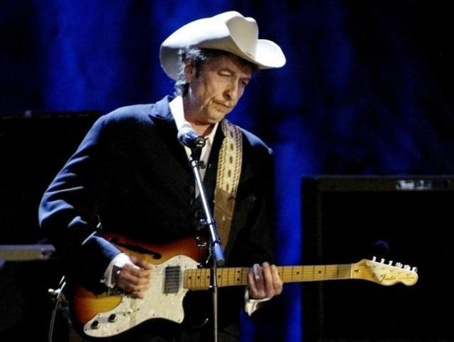 2004年5月、ロサンゼルスのホールで演奏するボブ・デュラン=ロイター
