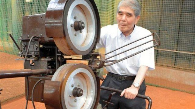 ジャイロボールを発射できるマシンと、開発した馬場さん