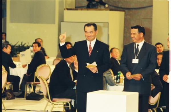 星稜高の松井秀樹選手を引き当てガッツポーズの巨人・長嶋茂雄監督。右は阪神・中村監督=1992年11月21日